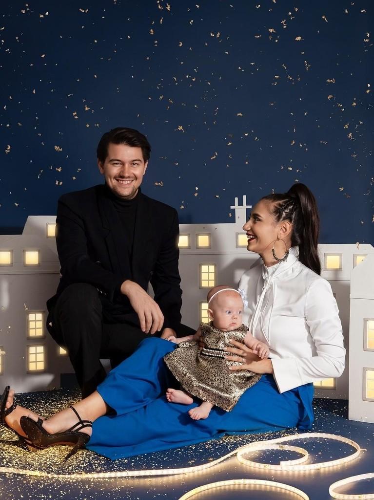 Marissa Nasution. Bersama sang suami, Warren Conrad, Marissa melakukan sesi pemotretan untuk memeriahkan Natal tahun ini. Pasangan itu berpose bersama anak pertamanya, Alaia Moana.