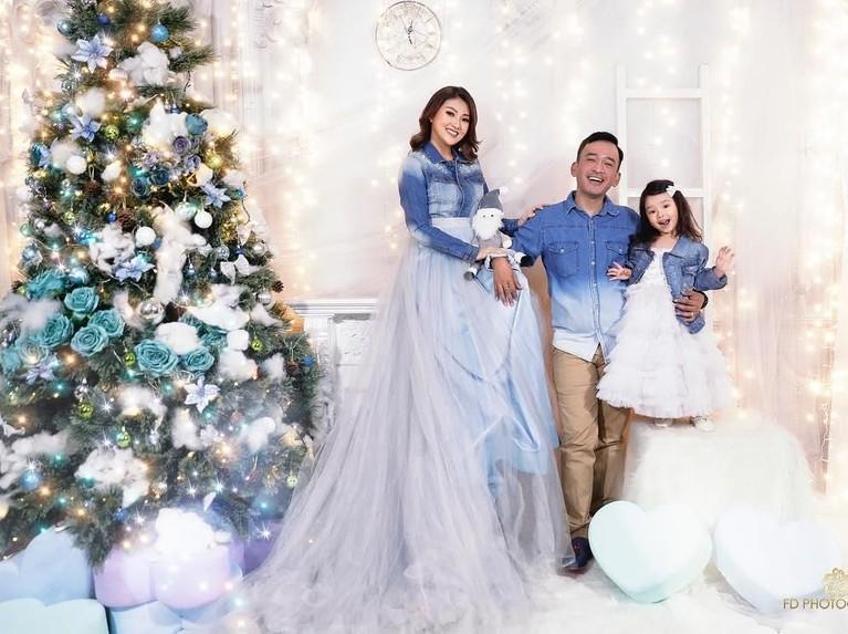 Ruben Onsu. Meski sempat mendapat teror beberapa waktu lalu, keluarga Ruben Onsu masih bisa merayakan Natal dengan penuh suka cita. Mereka tampilkompak dengan pakaian serasi berwarna putih dan biru.