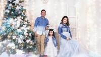 <p>Foto Natal keluarga Ruben Onsu terlihat berbeda tahun ini. Bunda Sarwendah nampak memamerkan <em>baby bump</em> yang terlihat menggemaskan. (Foto: Instagram @ruben_onsu)</p>