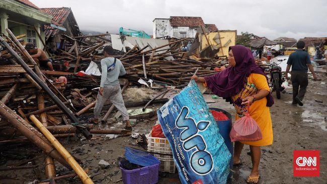Berdasar data BNPB per Senin (24/12) sore, hingga saat ini masih tercatat 128 orang yang dinyatakan hilang akibat tsunami yang terjadi di Selat Sunda.