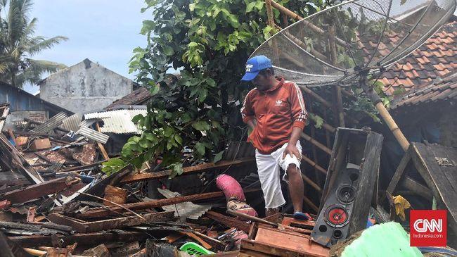 Aliran listrik di sepanjang Pantai Tanjung Jaya, Pandeglang, Banten yang padam diterjang Tsunami diperkirakan baru akan pulih pada akhir pekan ini.