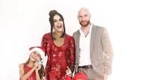 <p>Wow...Super meriah nih foto Natal keluarga Melaney Ricardo dan Tyson Lynch. Mama Mel dan Kakak Chloe pakai baju merah bernuansa bling-bling. Sedangkan Courage Jordan Lynch memakai kostum Santa Claus. (Foto: Instagram @melaney_ricardo)</p>