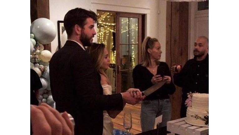 Kakak Liam, Chris Hemsworth, menentang pernikahan antara Liam dan Miley. Tetapi, Liam tetap memaksakan dirinya untuk menikah dengan Miley Cyrus.