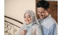 <p>Menggelar acara di rumahnya, Tasya terlihat santun mengenakan pakaian muslim bernuansa iced blue. Senada dengan sang suami, yang memakai kemeja biru. (Foto: Instagram @ tasyakamila)</p>