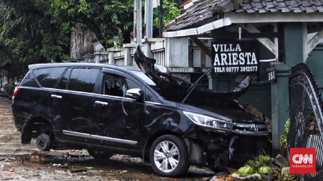 Ada banyak kendaraan yang terabadikan kamera kondisinya rusak berat pasca tsunami Selat Sunda pada Sabtu (22/12).