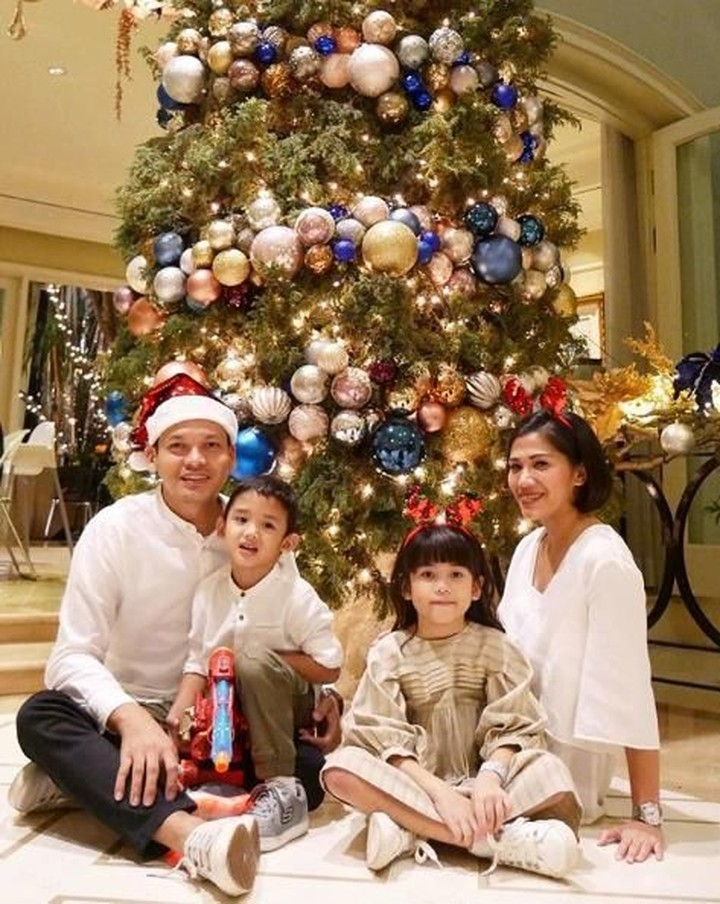 <p>Keluarga Ben Joshua berfoto dengan dresscode putih. Lucu banget Papa Ben pakai topi Santa Claus, sedangkan Mama Nura dan Kakak Maika memakai bando rusa. (Foto: Instagram @benjoshua_r)</p>