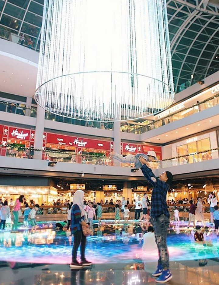 <p>Glenn Alinskie mengajak sang putri, Natusha mengisi liburan Natal dengan mengunjungi sebuah mall. Natusha happy banget nih, diangkat tinggi sama Papa Glen. Dokumentasi: @dartjong (Foto: Instagram @ glennalinskie)</p>