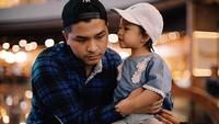 <p>Bisik-bisik apa ya Natusha ke Papa Glen? Romantis banget ya Natusha sama papanya. Dokumentasi: @dartjong (Foto: Instagram @ glennalinskie)</p>