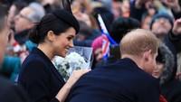 <p>Pangeran Harry dan Meghan Markle menyapa penduduk sekitar dengan ramah. Manis banget ya, Bun. (Foto: Stephen Pond/Getty Images)</p>