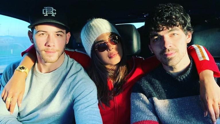 Pada perayaan Natal itu, Priyanka juga menyempatkan berfoto dengan kakak Nick, Joe Jonas.