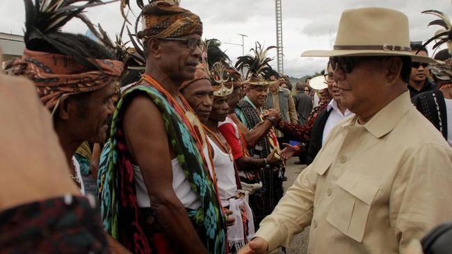 Menhan Prabowo Subianto memberikan medali dan piagam patriot bela negara kepada 11.485 eks pejuang Timor Timur, termasuk Eurico Guterres.