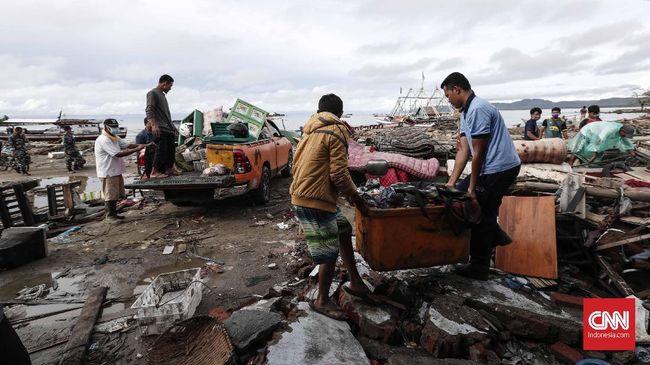 Korban tewas paling banyak berada di Pandeglang, Banten karena saat tsunami melanda tengah libur panjang di mana banyak wisatawan berkunjung.