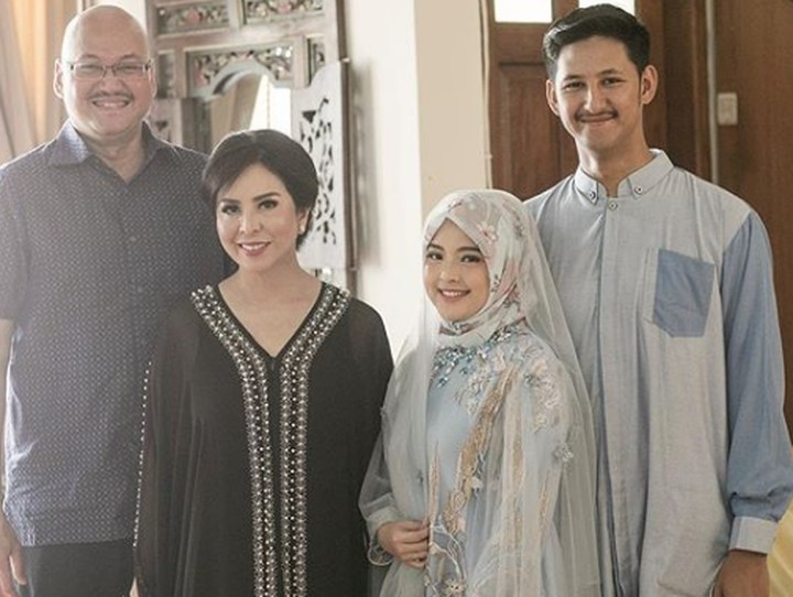 Tampil memakai hijab, Tasya terlihat mempesona di acara tasyakuran kehamilannya. Lihat yuk, foto-fotonya berikut ini.