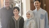 <p>Mengabadikan momen bersama kedua orang tua Randi, Tasya terlihat cantik sekali ya mengenakan hijab bunga-bunga. Dokumentasi: @_riop_ @therightwave (Foto: Instagram @ tasyakamila)</p>