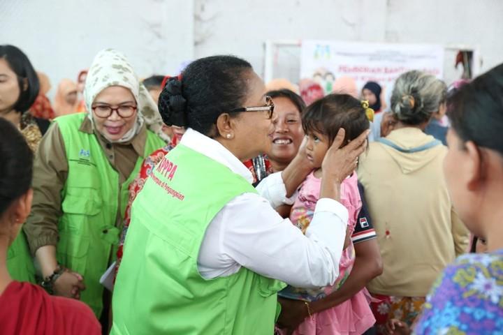 Menteri Yohana mengunjungi korban tsunami Selat Sunda untuk menyampaikan turut berduka, sekaligus menghibur para korban.