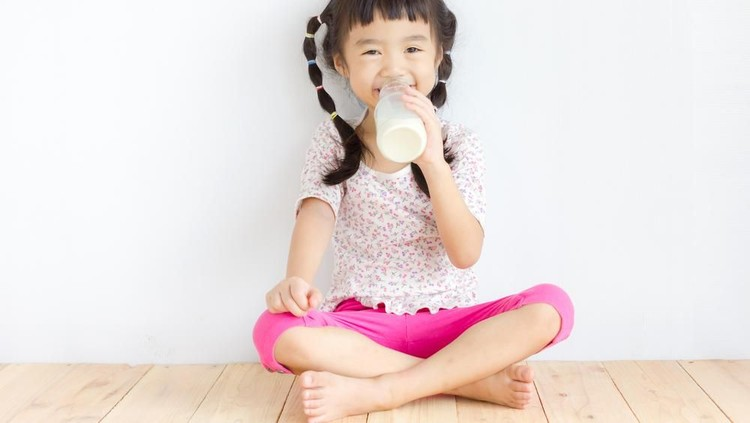 Susu sangat penting bagi si kecil karena kandungannya bisa memenuhi berbagai kebutuhan nutrisi harian serta membantu tumbuh kembangnya.