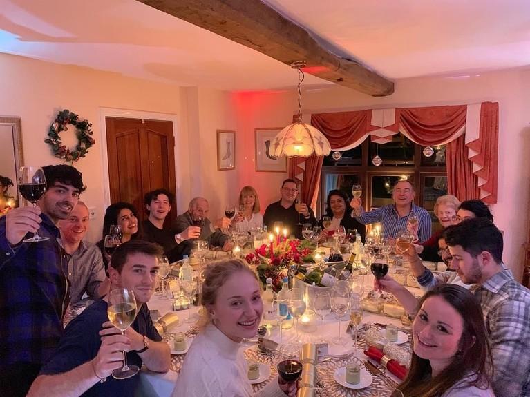 Momen Natal ini ditutup dengan makan bersama seluruh keluarga Jonas.