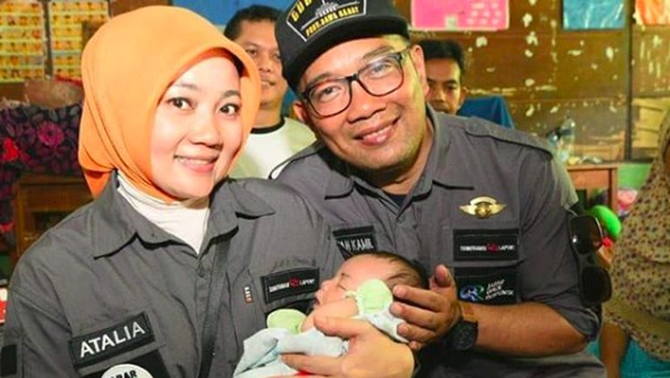 Saat berkunjung ke tempat pengungsian Pandeglang, Ridwan Kamil dan istri diminta memberi nama pada bayi lelaki yang baru lahir.