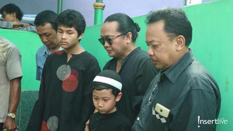 Kerabat-kerabat lain yang datang untuk mengantarkan Dian ke tempat peristirahatan terakhirnya. Selamat Jalan Dian Pramana Poetra.