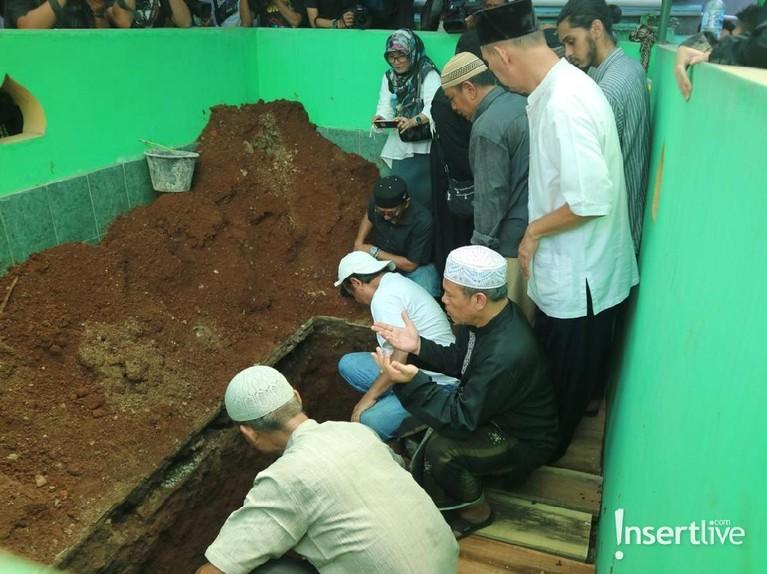 Dian Pramana Poetra dimakamkan di kawasan Ciracas, Jakarta Timur, pada Jumat (28/12) siang. Musisi hebat itu meninggal akibat penyakit leukimia.