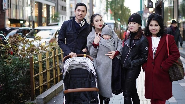 Di penghujung tahun, Sandra Dewi dan keluarga memilih untuk berlibur ke Jepang. Tak lupa Sandra mengajak putra sematawayangnya, Raphael Moeis.