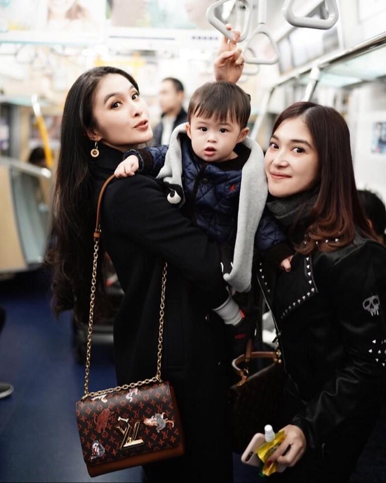 Bahkan Raphael sama sekali tak rewel saat orangtuanya mengajak ia untuk naik kereta.