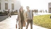 <p>Cuaca yang hangat diterangi matahari sore, membuat Sandy dan suami makin happy saat jalan-jalan santai. Dokumentasi: @yansensetiawan (Foto: Instagram @shandyaulia)</p>