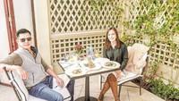 <p>Pasangan ini memang terlihat sangat romantis di mana pun mereka bersama. Menyambangi California, Shandy dan suami makan bareng di kawasan Beverly Hills. (Foto: Instagram @shandyaulia)</p>
