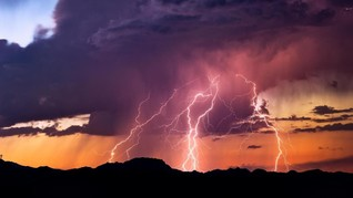 8 Cara Hindari Sambaran Petir Saat Hujan
