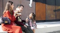 <p>Cerita, tawa dan canda menghiasi keluarga kecil ini. Asyik ya liburan mereka, Bun. Dokumentasi: @ hutanijaya (Foto: Instagram @ruben_onsu)</p>
