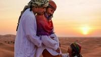 <p>Ide yang lucu nih, Bun, keluarga Ruben berfoto di tengah padang pasir sambil bergaya khas masyarakat Timur Tengah. Dokumentasi: @ hutanijaya (Foto: Instagram @ruben_onsu)</p>