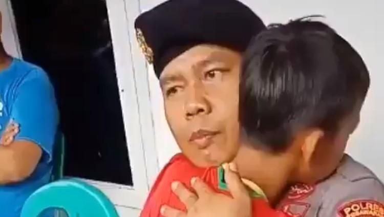 Polisi itu minta dipanggi Papi. Dia tak kuasa melihat anak sekcil Adit, meratapi kepergian orang tuanya dalam musibah tsunami Banten.