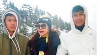 <p>Dalam kondisi cuaca yang dingin, Diah bersama kedua jagoannya terlihat asyik menikmati pemandangan berselimut salju tebal. (Foto: Instagram @ diahpermatasari_d_p_s)</p>