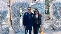 <p>Saatnya mejeng bareng suami nih, Bun. Mereka berfoto di depan ornamen pergantian tahun, yang memajang angka 2019 dalam ukuran raksasa. (Foto: Instagram @ diahpermatasari_d_p_s)</p>