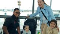 <p>Mengisi liburan akhir tahun, dr Reisa Brontoasmoro dan suami mengajak kedua anaknya menikmati keindahan Pulau Dewata, Bali. (Foto: Instagram: @reisabrotoasmoro)</p>