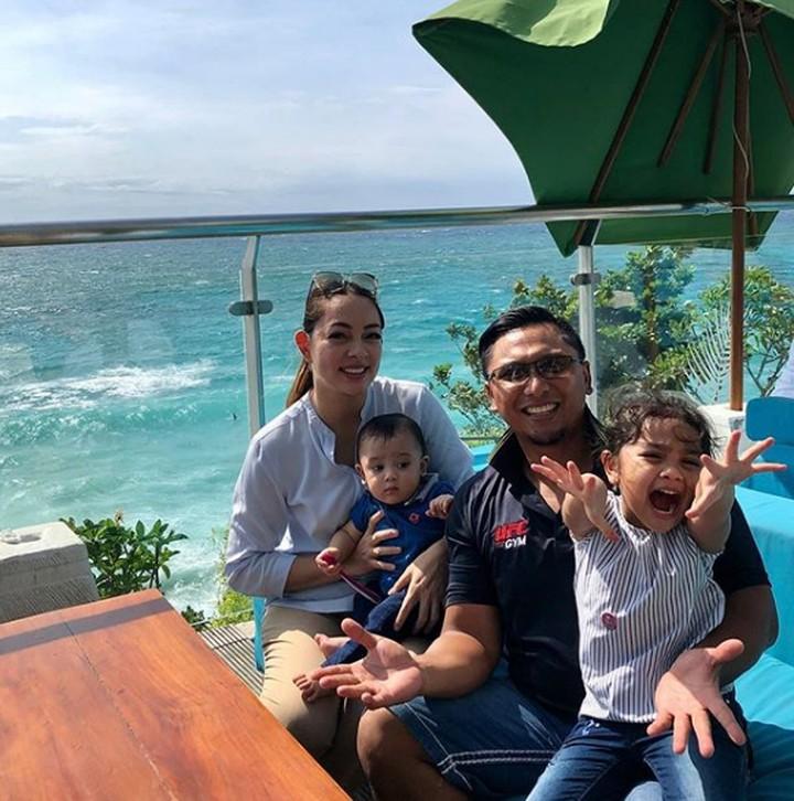Mengajak liburan keluarga, nggak perlu jauh-jauh ke luar negeri lho, Bun. Tengok deh keseruan dr Reisa Brotoasmoro dan keluarganya saat liburan di Bali.