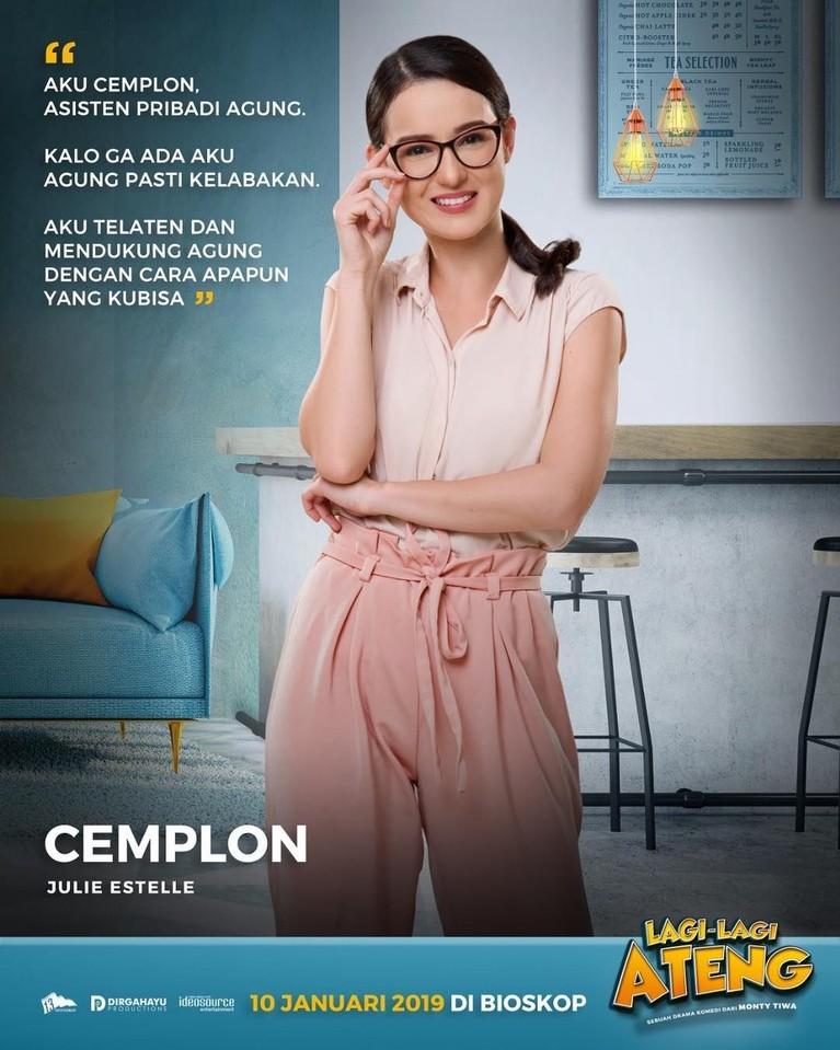 Asisten pribadi cantik Agung yang bernama Cemplon, diperankan oleh Julie Estelle.