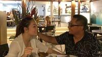 <p>Setelah lelah berkeliling, saatnya dr Reisa menikmati malam romantis bersama suami. Hidangan seafood jadi santapan utama mereka. (Foto: Instagram: @reisabrotoasmoro)</p>
