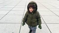 Lucunya Baby Kai! Putra kedua Titi Kamal dan Christian Sugiono ini tetap happy ya main di tengah cuaca dingin. Jaketnya tebal banget! (Foto: Instagram @titi_kamall)