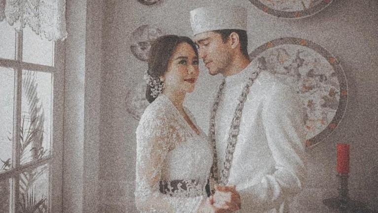 Bertepatan dengan momen pergantian tahun, Aura Kasih akhirnya mengonfirmasi pernikahannya dengan model asal Brasil, Eryck Amaral.