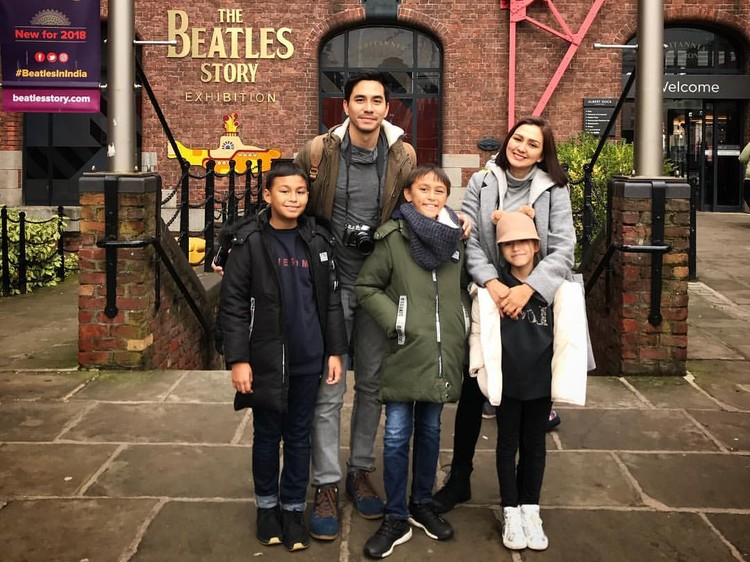 Liburan akhir tahun rasanya sayang kalau dilewatkan tanpa jalan-jalan. Seperti lima keluarga artis berikut, yang memilih liburan ke luar negeri.