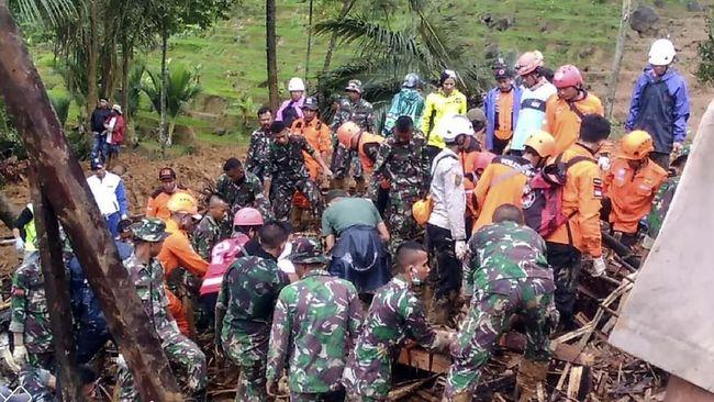 Jumlah korban tewas diperkirakan terus bertambah. Saat ini Tim SAR gabungan masih mencari 34 orang yang diduga tertimbun longsor yang terjadi kemarin sore.