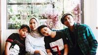 """<p>Ivan """"Slank"""" Kurniawan Arifin menikahi Putri Dewi Arianti pada 2004. Saat ini, mereka sudah dikaruniai dua buah hati. (Foto: Instagram/putri_ivan_k)</p>"""