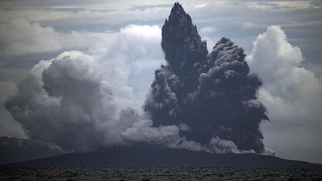 Gunung Anak Krakatau mengalami erupsi dengan tinggi kolom abu sekitar 1.000 meter dari puncak jelang malam tahun baru 2020 dengan status waspada level II.