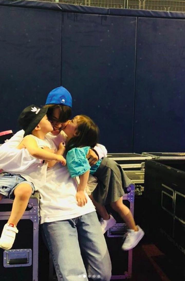 Intip kedekatan salah satu personel boyband Korsel, Kai 'Exo' dengan anak-anak yang menggemaskan.