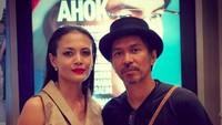 """<p>Sedangkan gitaris <a href=""""https://hot.detik.com/music/d-4259762/indonesia-now-jadi-konser-perayaan-35-tahun-slank"""" target=""""_blank"""">Slank</a>, Mohammad Ridwan Hafiedz alias Ridho, menikah dengan Ony Serojawati sejak 2001. (Foto: Instagram/seroja_hafiedz)</p>"""