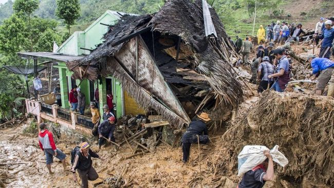Seorang warga di Kelurahan Parakancanggah, Banjarnegara, Jawa Tengah, tewas dan dua lainnya luka berat akibat tanah longsor yang terjadi Sabtu (2/11) pagi.