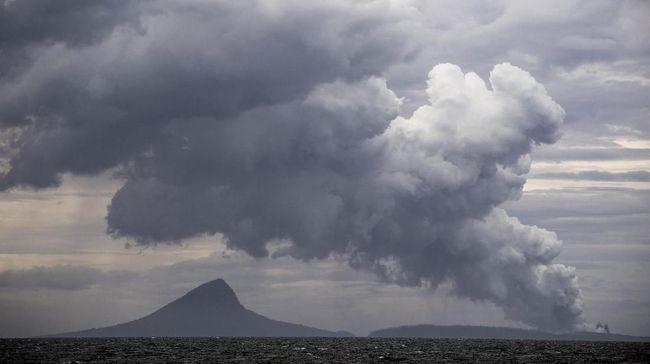 Gunung Anak Krakatau yang berada di Selat Sunda mengalami erupsi pada pukul 16.50 WIB, Rabu (13/11) dengan kolom abu yang terpantau capai 50 meter.