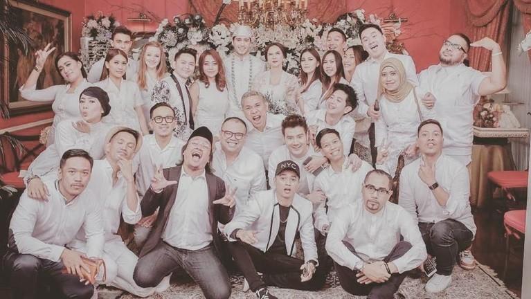 Hanya keluarga dan kerabat dekat, pernikahan pasangan ini kabarnya hanya dihadiri kurang 100 undangan saja.