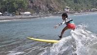 <p>Sang ibu, Widi Mulia menyebutnya sebagai anak yang penuh kejutan ketika menunjukan keberanian untuk belajar surfing. (Foto: Instagram @widimulia)</p>